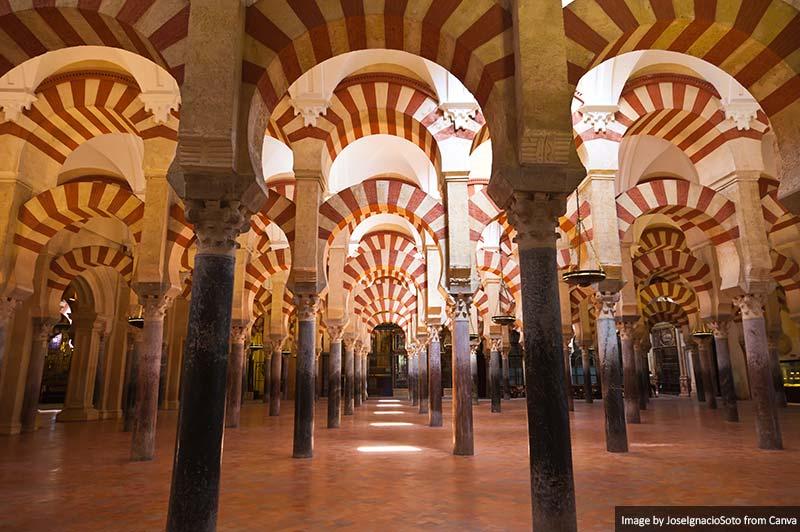 Floresta de colunas localizada na Mesquita de Córdobas, Espanha