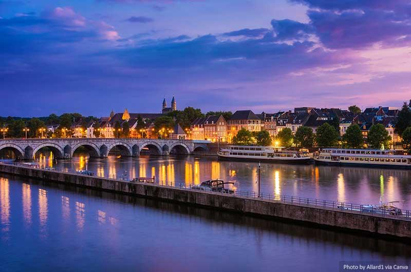 Maastricht e o rio Maas ao entardecer
