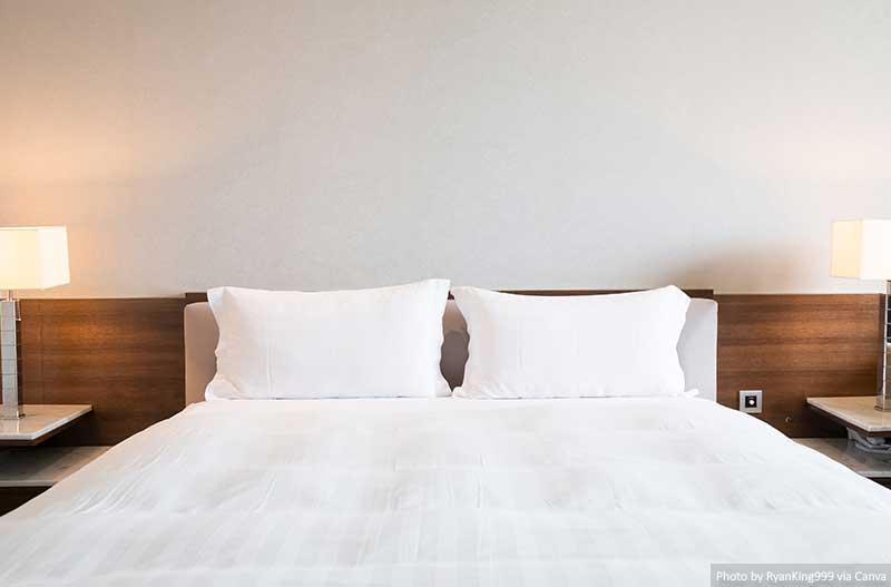 Cama e lençóis em um quarto de hotel