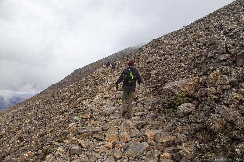 Secções rochosas íngremes em direção ao topo de Ben Nevis