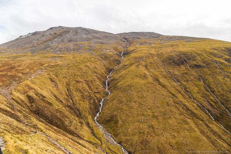 Cachoeiras e riachos na trilha Ben Nevis