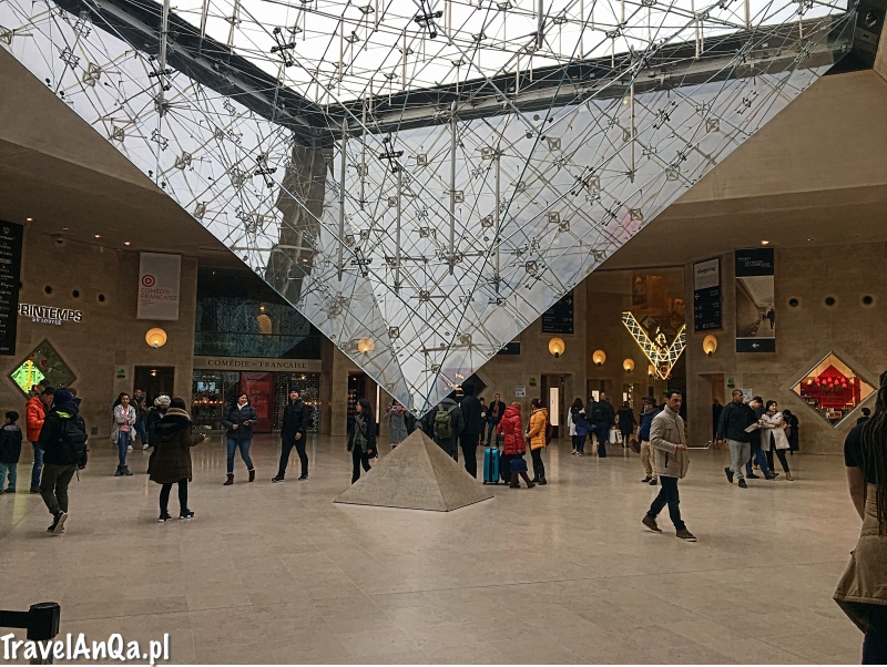 Paryż, Luwr, Dan Brown