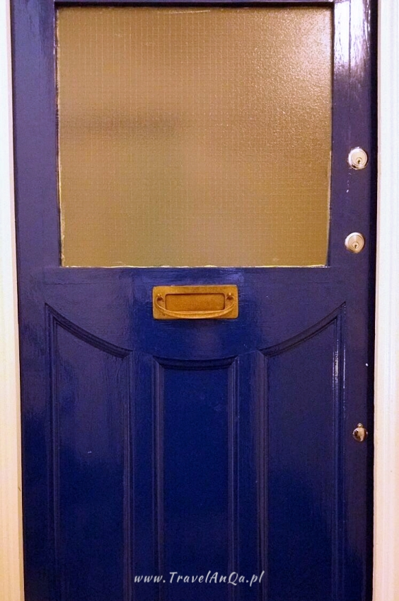 Dziwne rzeczy wLondynie, drzwi wejsciowe bezklamek