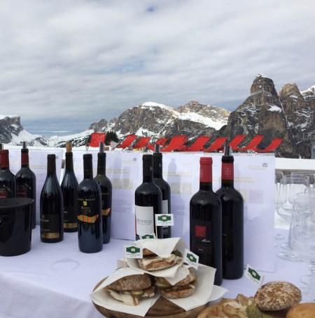 Wijn en hapjes tijdens skisafari