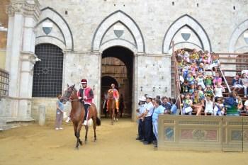 Paarden komen het Palazzo Pubblico uit