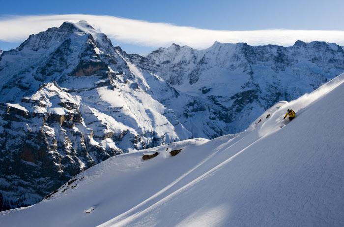 JUNGFRAU REGION - Ein Skifahrer befaehrt einen frisch verschneiten Tiefschneehang. Freeriding Schilthorn. Copyright: Jungfrau Region By-line:swiss-image.ch/Mattia Frederiksson