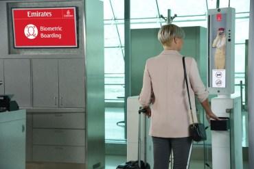 """Linie Emirates prezentują pierwszą na świecie """"ścieżkę biometryczną"""""""