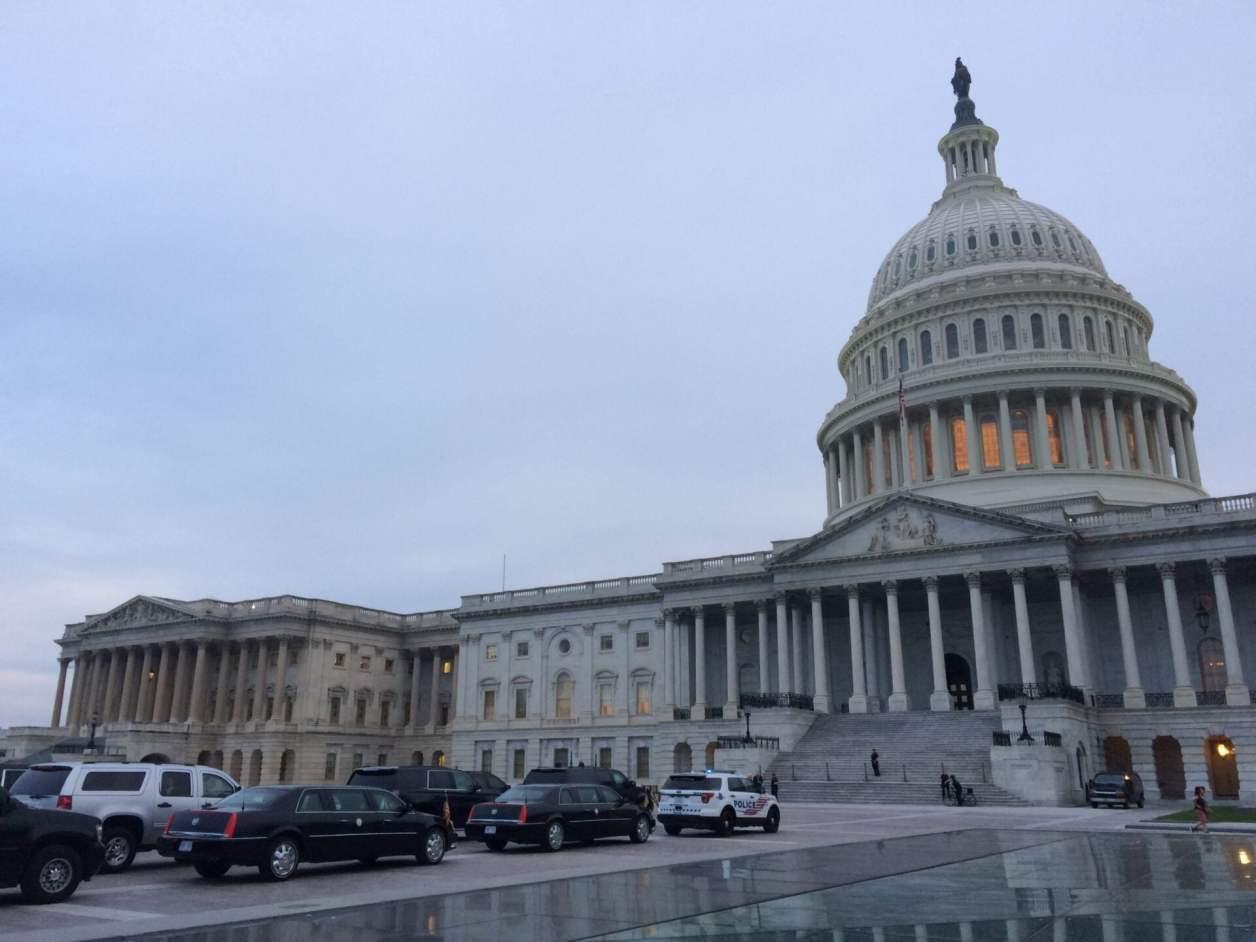 合衆国議会議事堂とシークレットサービスの車列