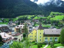 مباني صفراء في بلدة أورتيساي الإيطالية