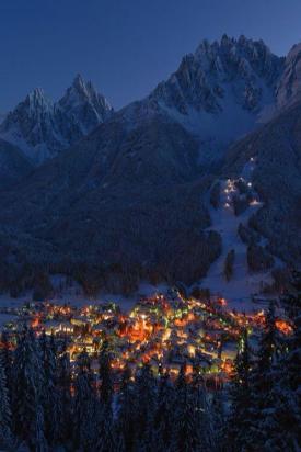 قرية سان كانديدو في الليل من الأعلى