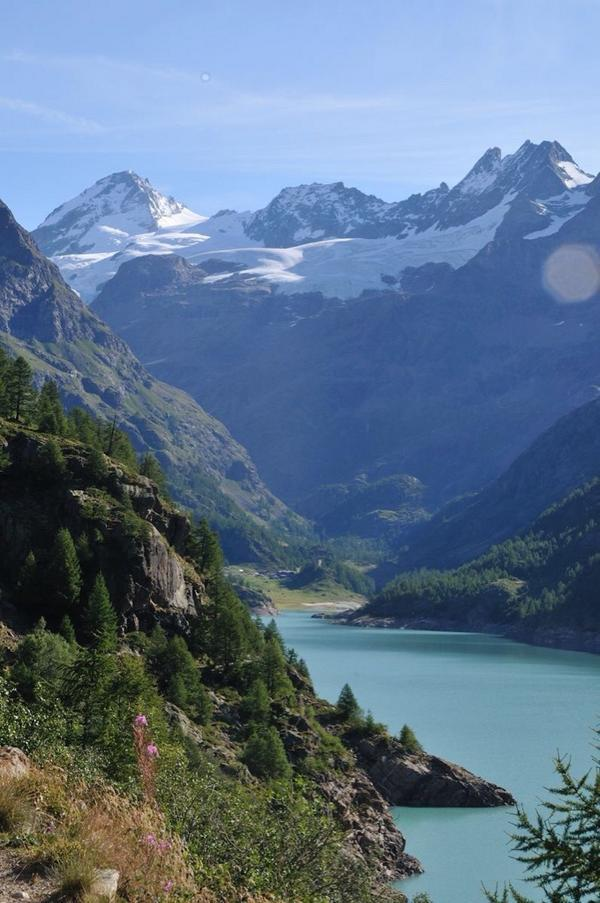 بحيرة دي مولان محاطة بالجبال