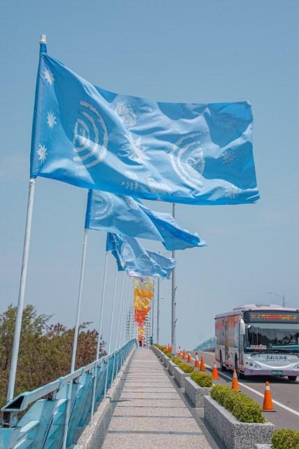 搭乘接駁車越過漁光大橋,抵達漁光島。