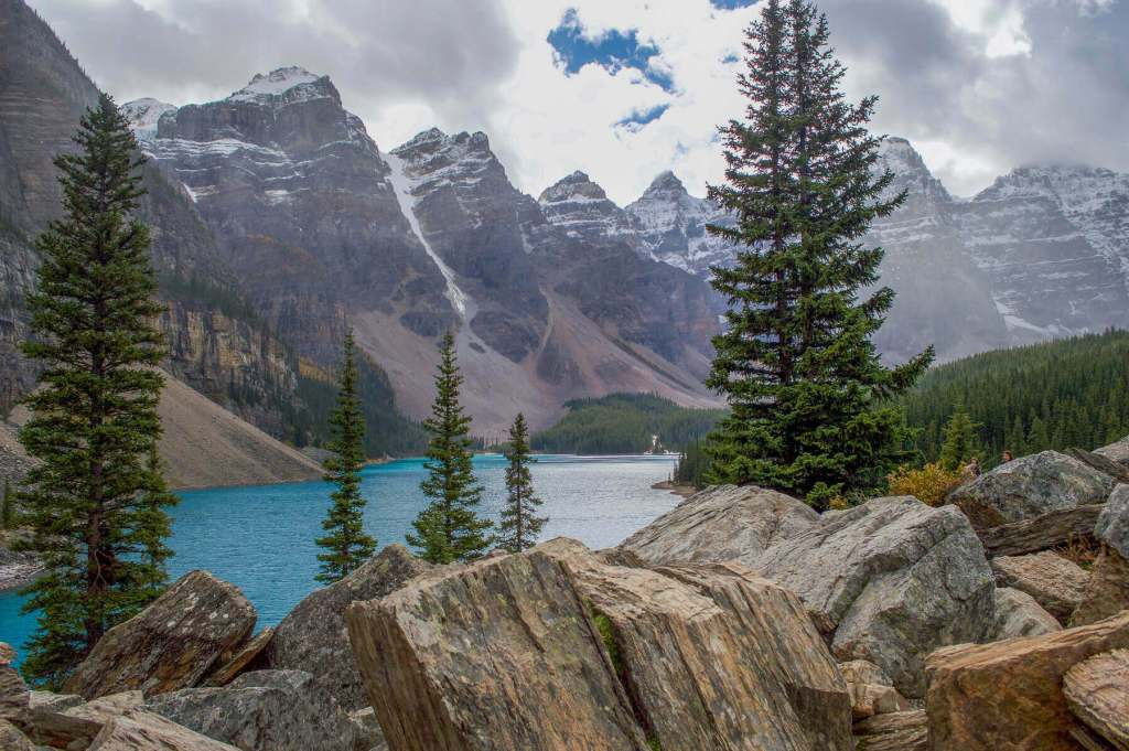 10 mountain peaks surrounded turquoise Lake Moraine