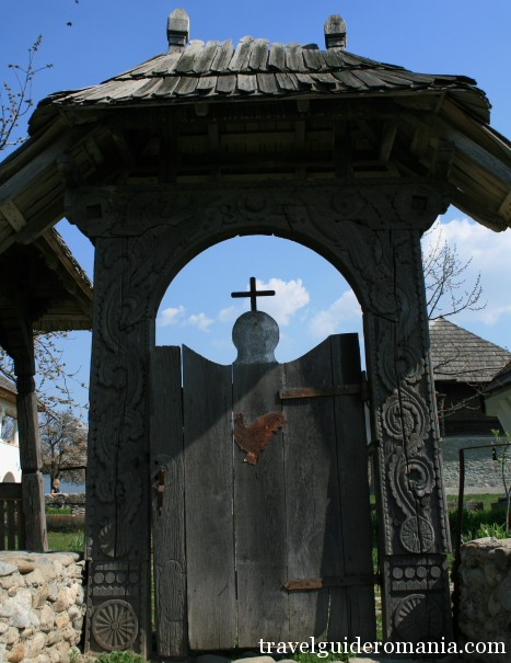Travel Guide Romania-traditional gate