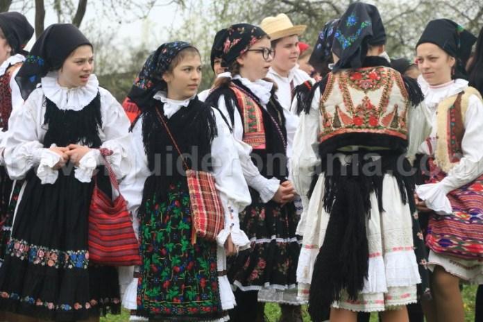 Costum popular romanesc - traditii si obiceiuri