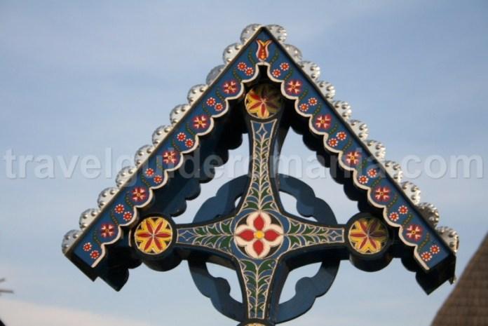 Elemente decorative ale crucilor de lemn de la Cimitirul Vesel