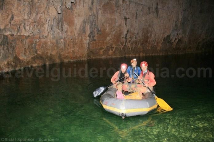 Parcurgerea cu barca gonflabila a lacurilor din pesteri
