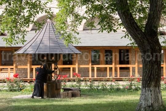 Manastirea Dragomirna este slujita de 60 de calugarite