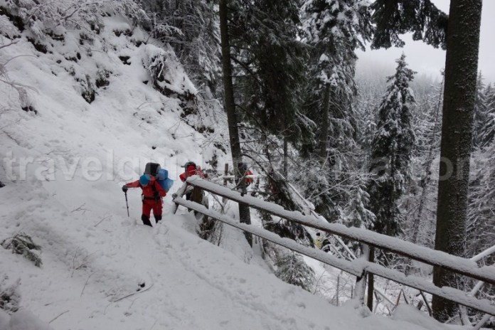 Urcare pe langa Cascada Duruitoarea din Muntii Ceahlau