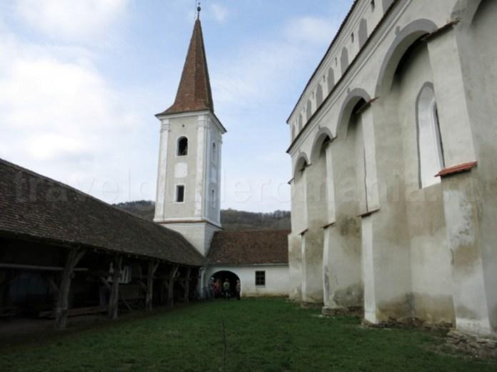 turn curte biserica fortificata cloasterf transilvania