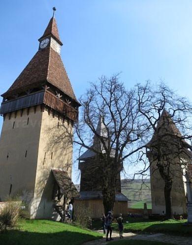 curte interioara biserica fortificata biertan unesco transilvania