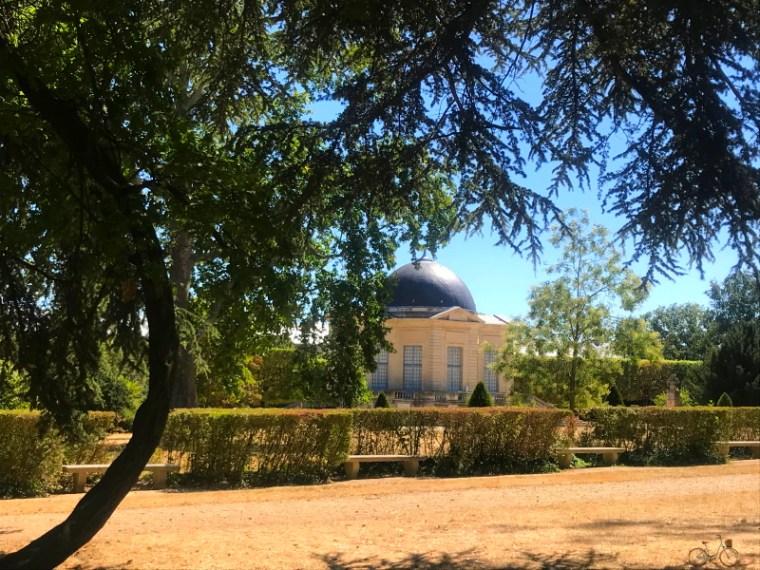 Vue de loin du Pavillon de l'aurore dans le Parc de sceaux