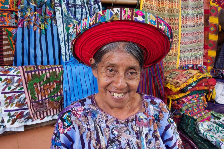 Dorfbewohnerin von Santiago Atitlan in traditioneller Kleidung