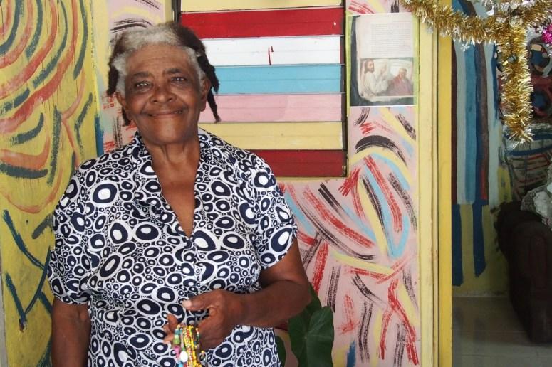 Einheimische Frau in ihrem Haus, Jamaika