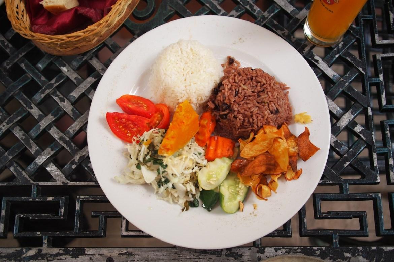 typisch kubanisches Essen - viel Reis, Pommes und Gemüse