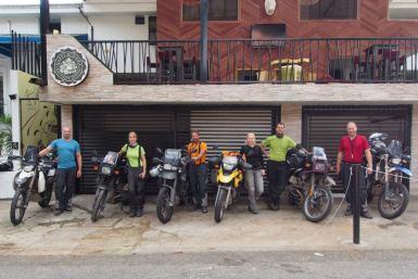 Mit anderen Bikern unterwegs in Medellin, Kolumbien
