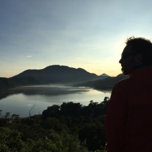 6 Uhr morgens. Die Sonne über Bali geht auf. Und wir genießen den Ausblick, das Licht und die Stimmung.