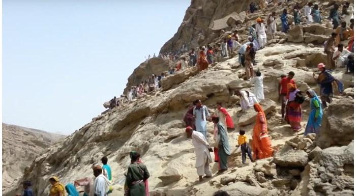 पाकिस्तान में इस पहाड़ी पर क्यों चढ़ाई करते हैं हिंदू?