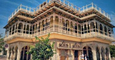 जयपुर का सिटी पैलेस कई मायने में खास है. सिटी पैलेस जयपुर, राजस्थान के सबसे प्रसिद्ध ऐतिहासिक व पर्यटन स्थलों में से एक है. यह एक महल परिसर है। 'गुलाबी शहर' जयपुर के बिल्कुल बीच में यह स्थित है. इस खूबसूरत परिसर में कई इमारतें, विशाल आंगन और आकर्षक बाग़ हैं, जो इसके राजसी इतिहास की निशानी हैं।