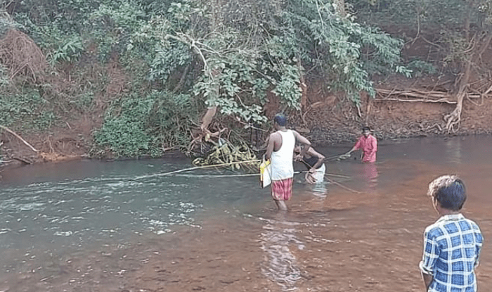 jharkhand villagers using electric current and solar plate battery to catch fish from rivers