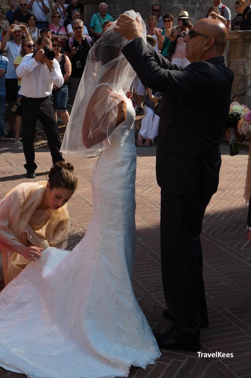 toscaanse bruiloft, bruid met vader, san gimignano