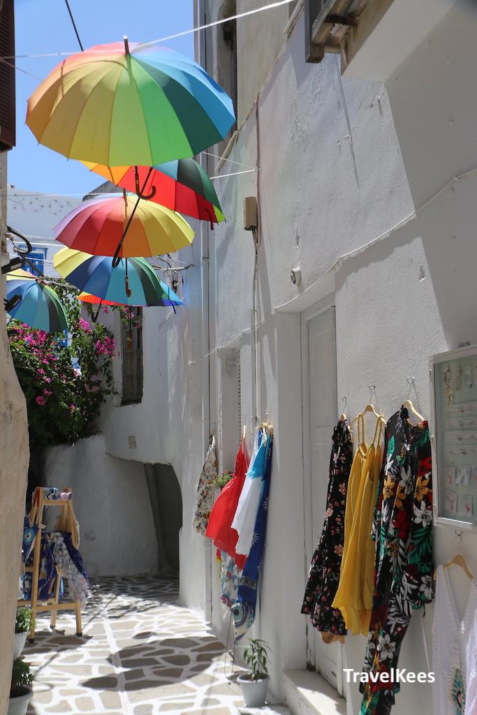 straatje met paraplu's in kastro, naxos