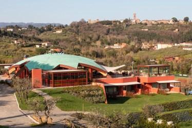 costruzione arancione con tetto verde immersa nella natura