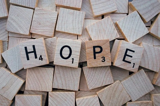 tasselli con lettere che formano la parola hope