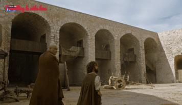 La plaza del mercado de Meereen, con Varys y Tyrion paseando