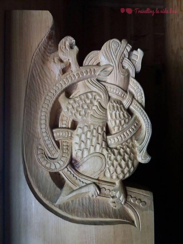 Increíble el detalle del tallado en la madera: ¡esto es el lateral de un banco!