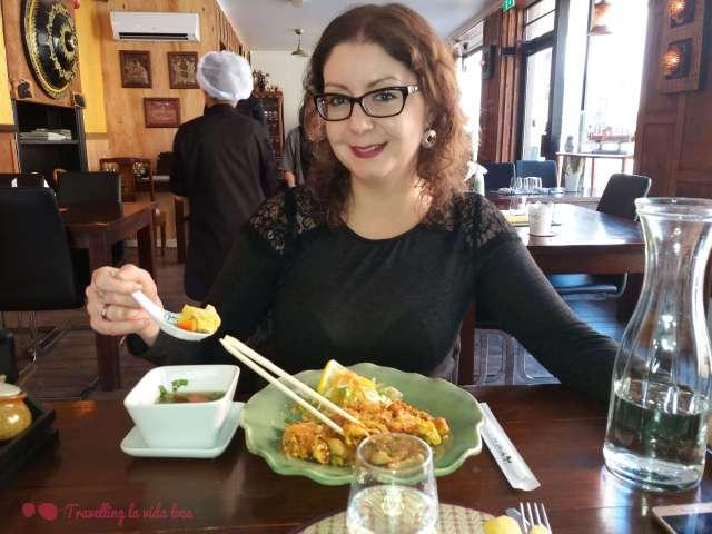 Tomando un pad thai y una sopita tradicional en el Siam Ratree