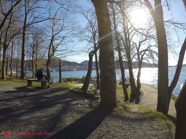 El Nordnesparken, con la gente disfrutando al sol y junto al mar