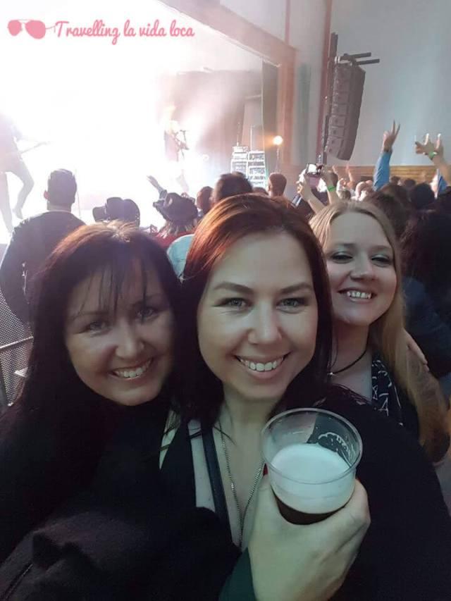 Nuestras nuevas y geniales amigas Karen, Elisabeth y Carina, que conocimos en el Karmoygeddon