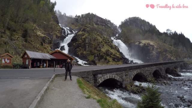La espectacular cascada doble de Latefossen