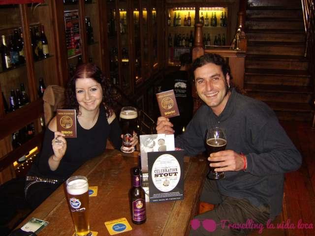 Rellenando el Beer Passport con motivo de la Oktoberfest