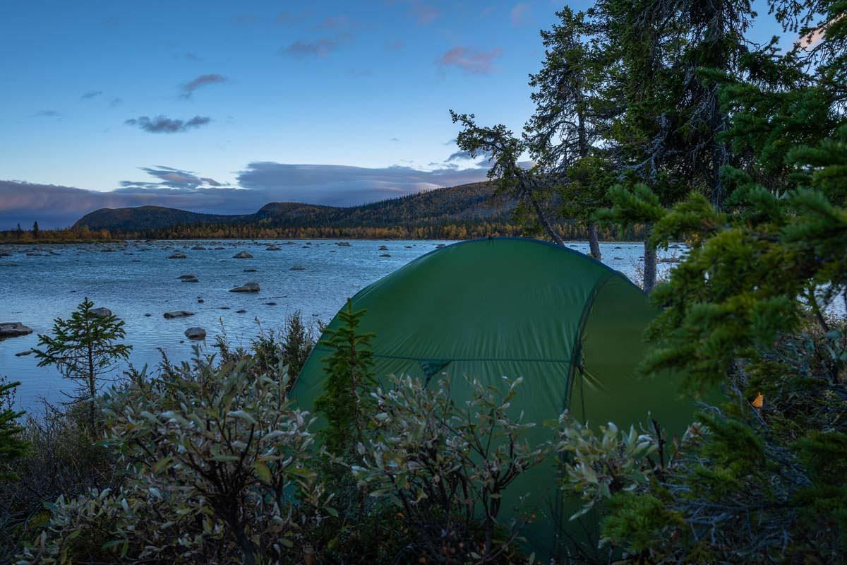 Wildes Zelten am Laitaure See in Lappland, Schweden