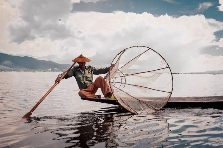 watch the fishermen in Inle Lake Myanmar
