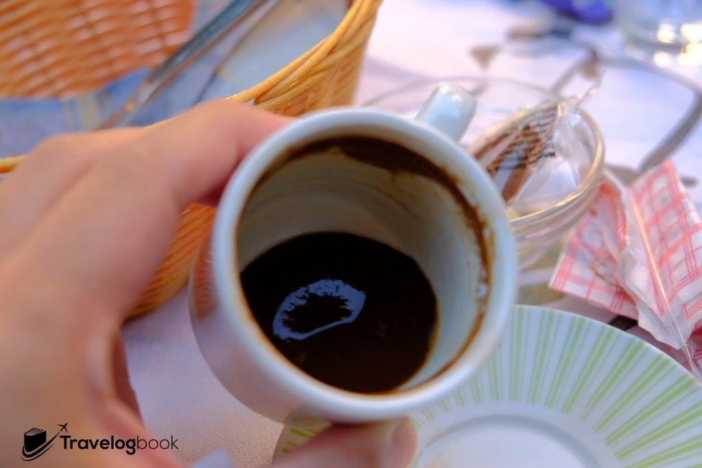 味道與土耳其咖啡相若,喝畢可見咖啡渣沉澱在杯底。2歐元