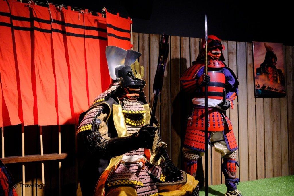 1980年由黑澤明執導的電影《影武者》,戲內影武者所穿的鎧甲,亦出自「丸武」之手。
