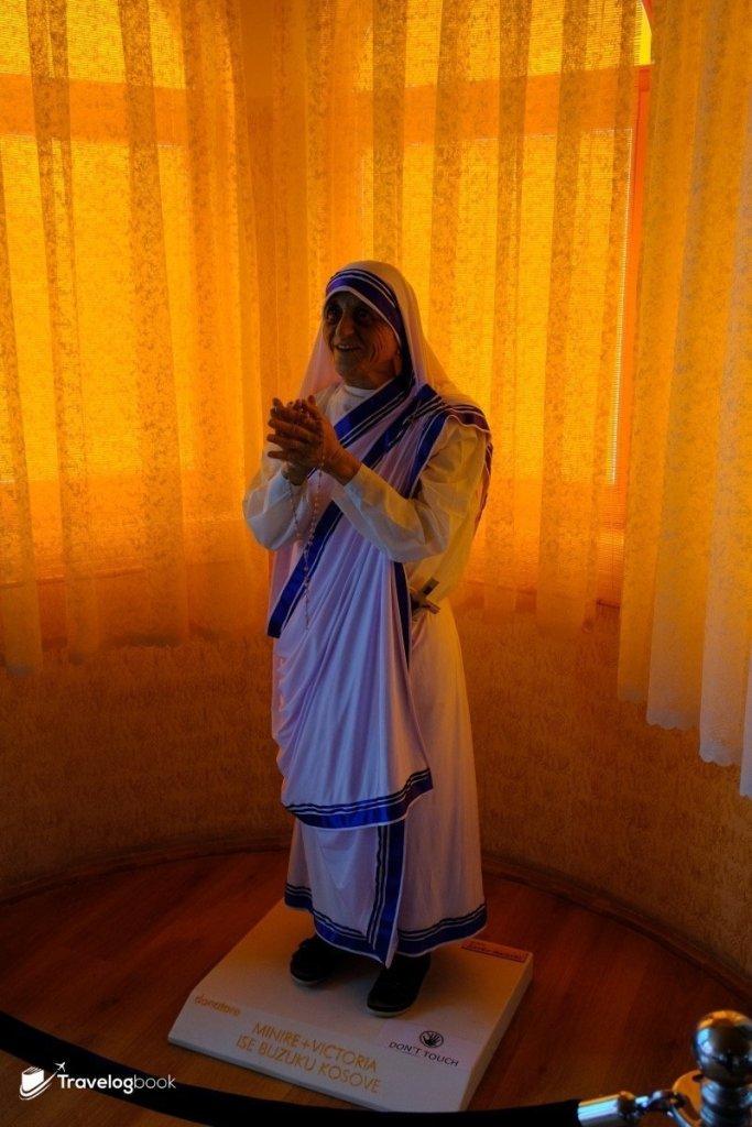 德蘭修女等身蠟像,細小的身軀卻有着堅強的意志。